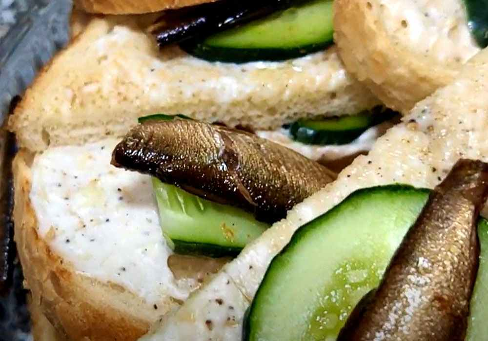 Бутерброды со шпротами и свежим огурцом - пошаговый рецепт, фото 1