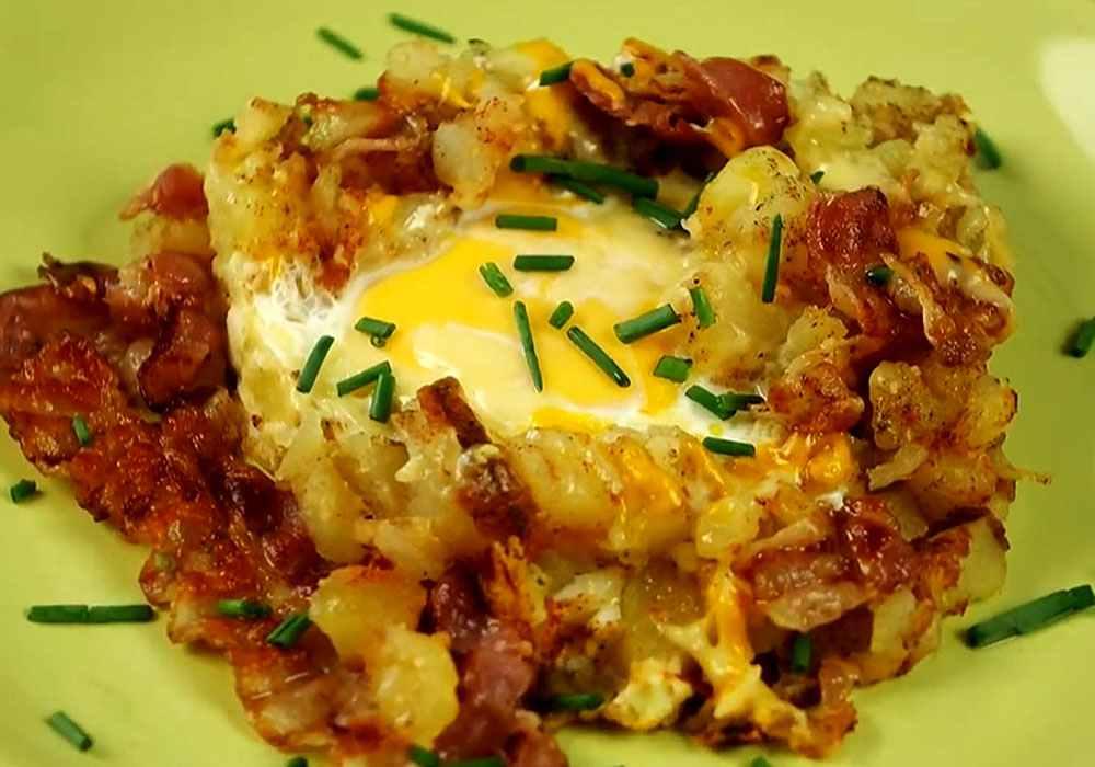 Жареная картошка с луком и яичницей - пошаговый рецепт, фото 1