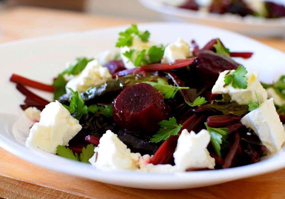 Салат простой со свекольными листьями - пошаговый рецепт, фото 1