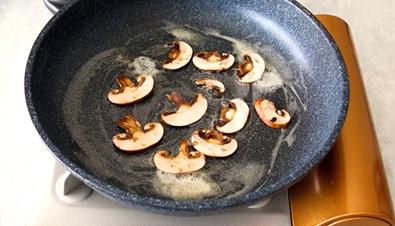 Яичница с грибами и луком - рецепт пошаговый с фото