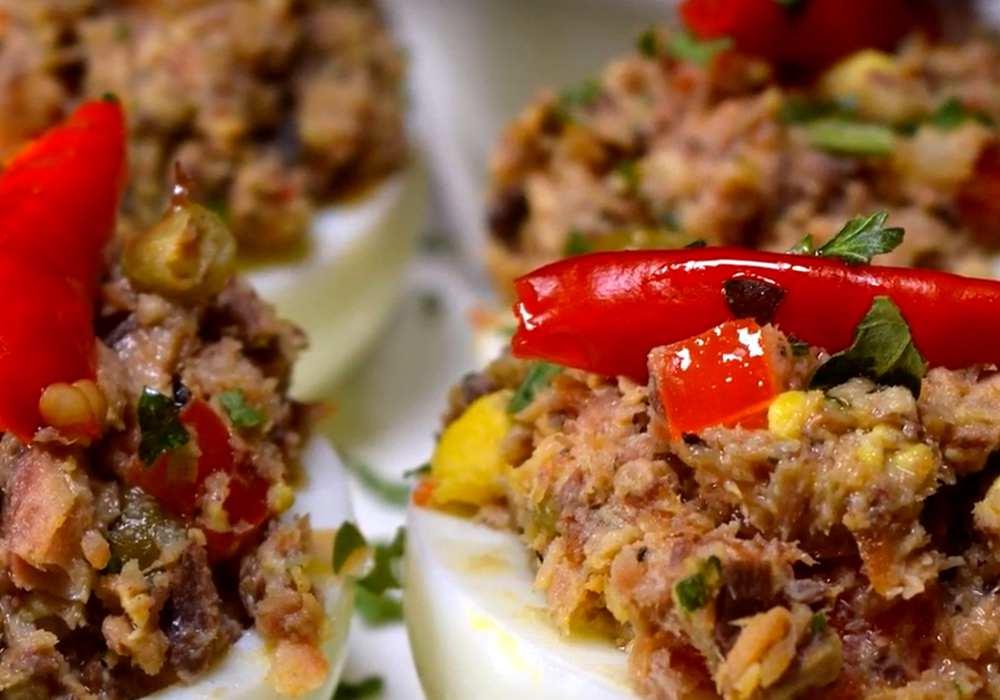 Яйца фаршированные шпротами - пошаговый рецепт, фото 1